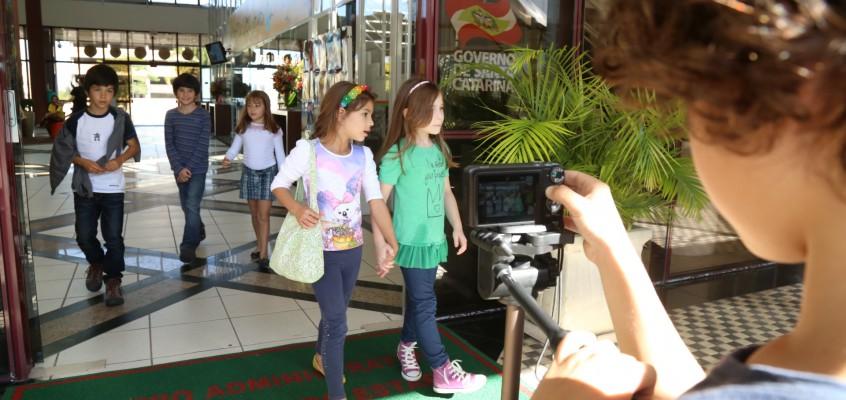 Crianças vivem a experiência do cinema