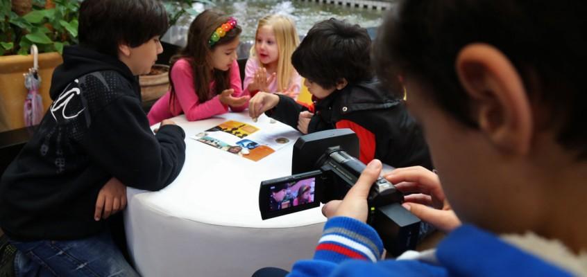 Crianças atrás e em frente às câmeras