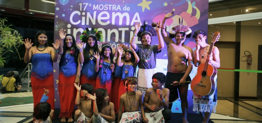 Palquinho da Mostra celebra a cultura indígena com o Coral Mbora'ivy'a