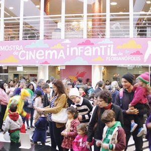 Pessoas na frente da entrada da Mostra no teatro Pedro Ivo
